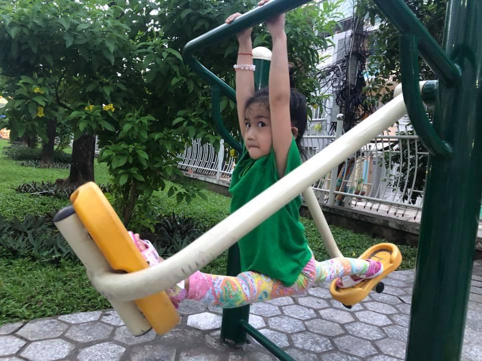 Ốc Thanh Vân khoe con gái 5 tuổi tập yoga điêu luyện, nhìn động tác xoạc chân mà giật thót tim - Ảnh 3