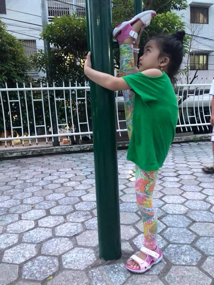 Ốc Thanh Vân khoe con gái 5 tuổi tập yoga điêu luyện, nhìn động tác xoạc chân mà giật thót tim - Ảnh 4