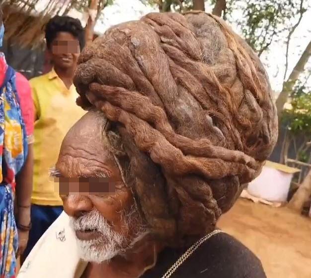 Cụ già 95 tuổi không cắt tóc từ lúc sinh ra, mở tung mái tóc tổ chim ra khiến ai cũng choáng váng, được dân làng tôn kính như 'thần' - Ảnh 1