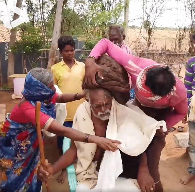 Cụ già 95 tuổi không cắt tóc từ lúc sinh ra, mở tung mái tóc tổ chim ra khiến ai cũng choáng váng, được dân làng tôn kính như 'thần' - Ảnh 3