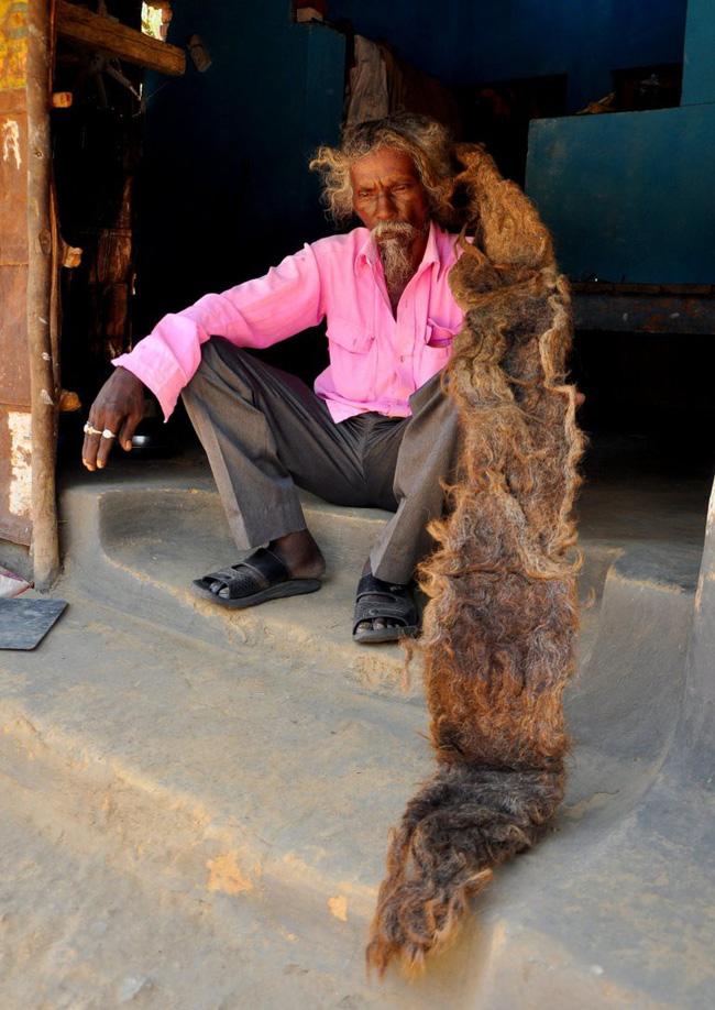 Cụ già 95 tuổi không cắt tóc từ lúc sinh ra, mở tung mái tóc tổ chim ra khiến ai cũng choáng váng, được dân làng tôn kính như 'thần' - Ảnh 4