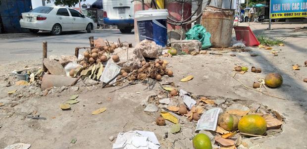 Vụ người phụ nữ bán hoa quả bị đâm tử vong ở Hà Nội: Một khách hàng đem 2 nghìn đồng đến hiện trường trả lại cho người đã khuất - Ảnh 2
