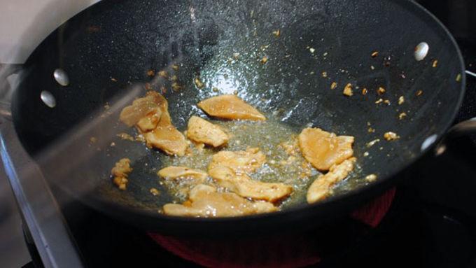 Bữa trưa nhanh gọn mà ngon với món bún cuốn thịt gà - Ảnh 3