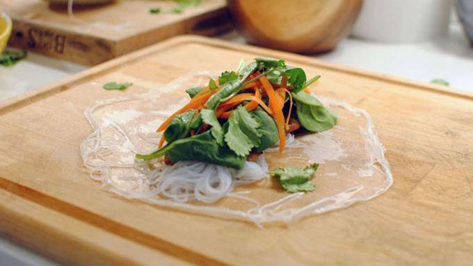 Bữa trưa nhanh gọn mà ngon với món bún cuốn thịt gà - Ảnh 5