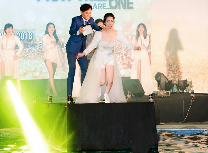 Nhật Kim Anh mặc váy xuyên thấu xuống nước bị lộ vùng nhạy cảm