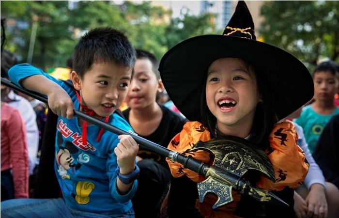 """Trẻ nhỏ thường khá thích thú với hoạt động """"Trick or Treat"""" trong đêm Halloween"""