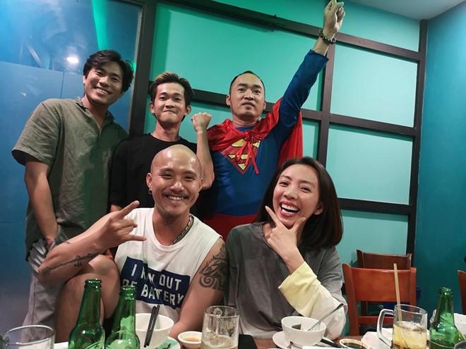 Vợ chồng Thu Trang - Tiến Luật, Kiều Minh Tuấn cùng sao Vbiz hãnh diện khi đội tuyển Việt Nam thắng Indo ở vòng loại World Cup - Ảnh 1