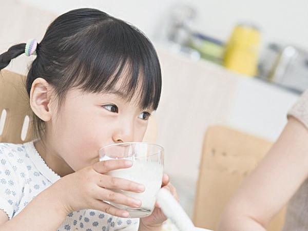Có nên cho trẻ uống sữa vào buổi tối trước khi ngủ không? - Ảnh 2