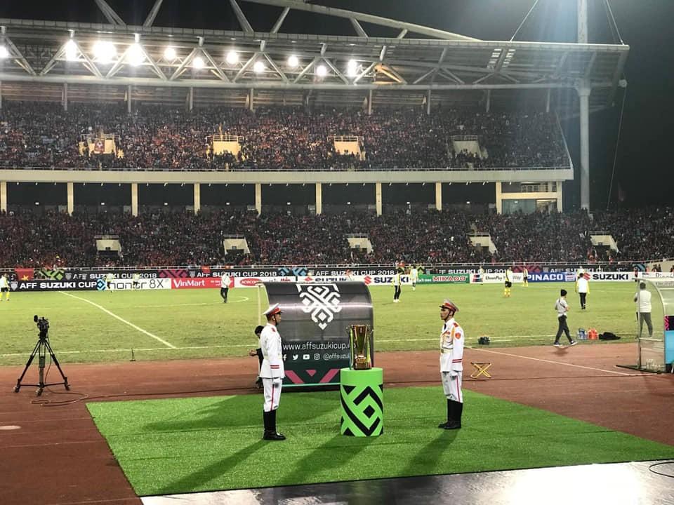 Bình tĩnh tạo nên sự quý tộc: Hai thanh niên canh cup sáng nhất Mỹ Đình trong đêm đăng quang của đội tuyển Việt Nam - Ảnh 1