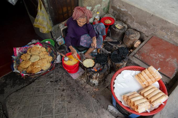 Cụ bà 93 tuổi bán bánh kẹp giá 1.000 đồng ở Cần Thơ - Ảnh 1
