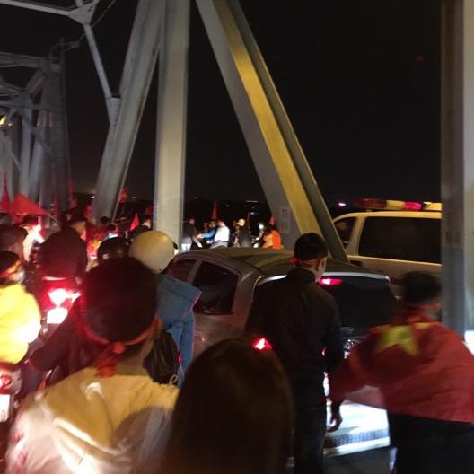 CĐV Hà Nội 'mở đường' cho xe cứu thương qua cầu Chương Dương nhận về mưa lời khen từ cộng đồng mạng - Ảnh 1