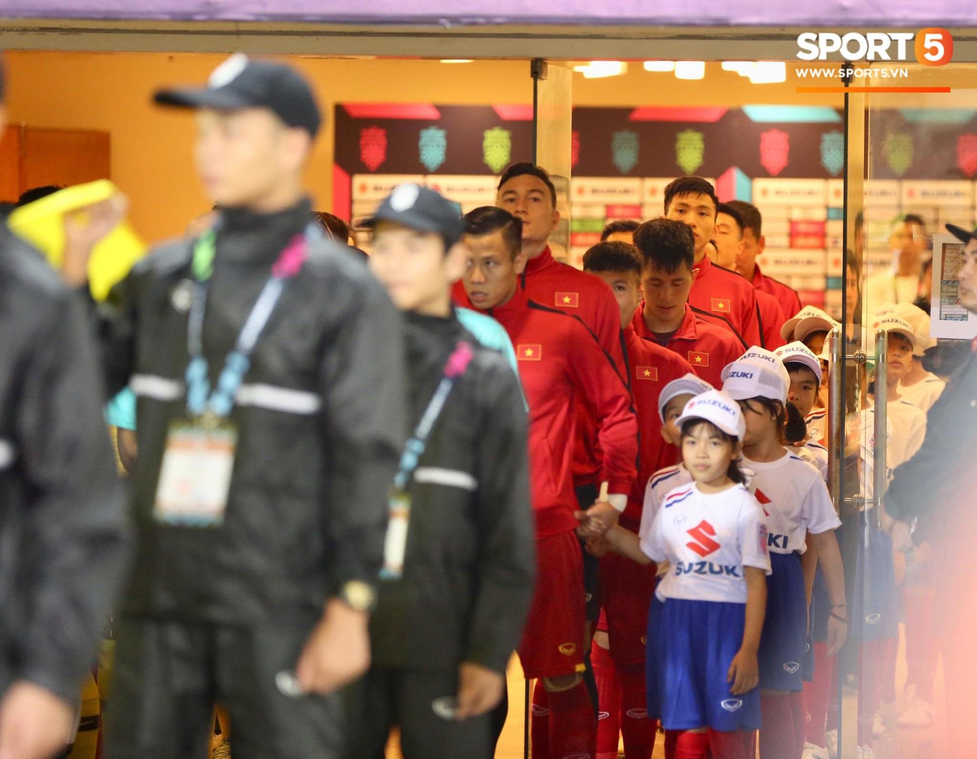 Giây phút chào cờ xúc động của đội tuyển Việt Nam, Đình Trọng, Hồng Duy cùng cầu nguyện trước khi xung trận - Ảnh 2