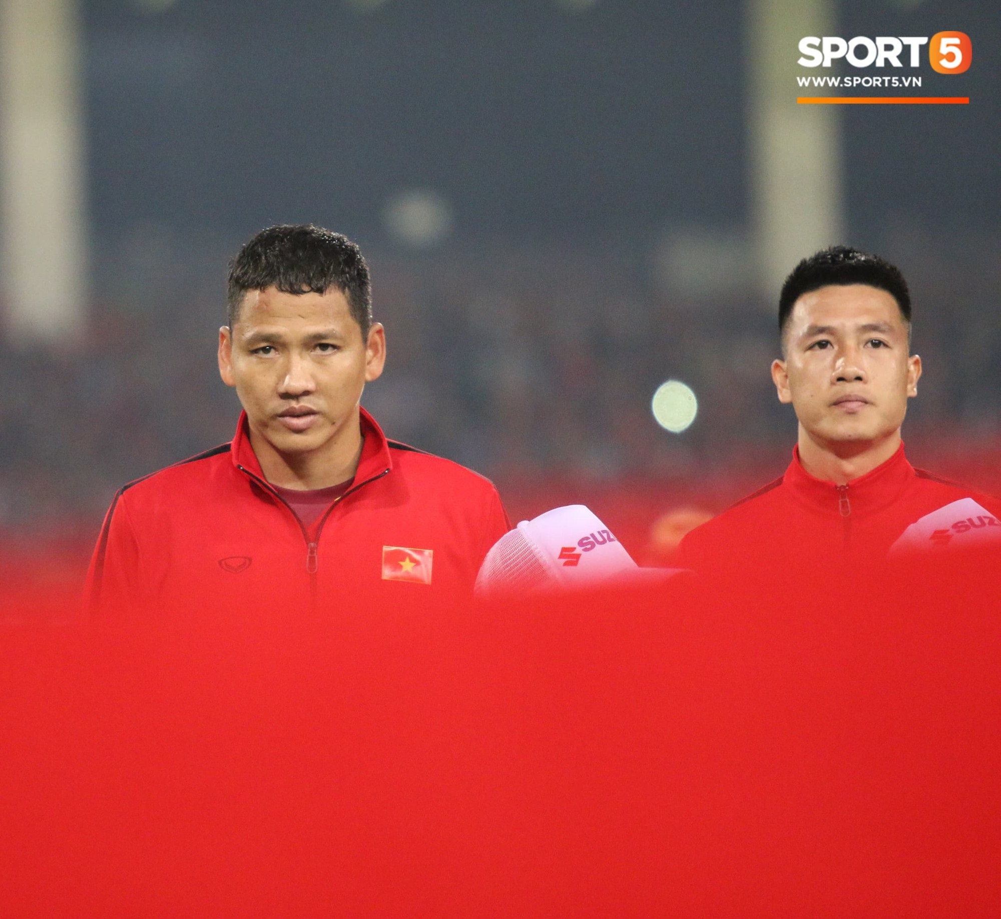 Giây phút chào cờ xúc động của đội tuyển Việt Nam, Đình Trọng, Hồng Duy cùng cầu nguyện trước khi xung trận - Ảnh 8