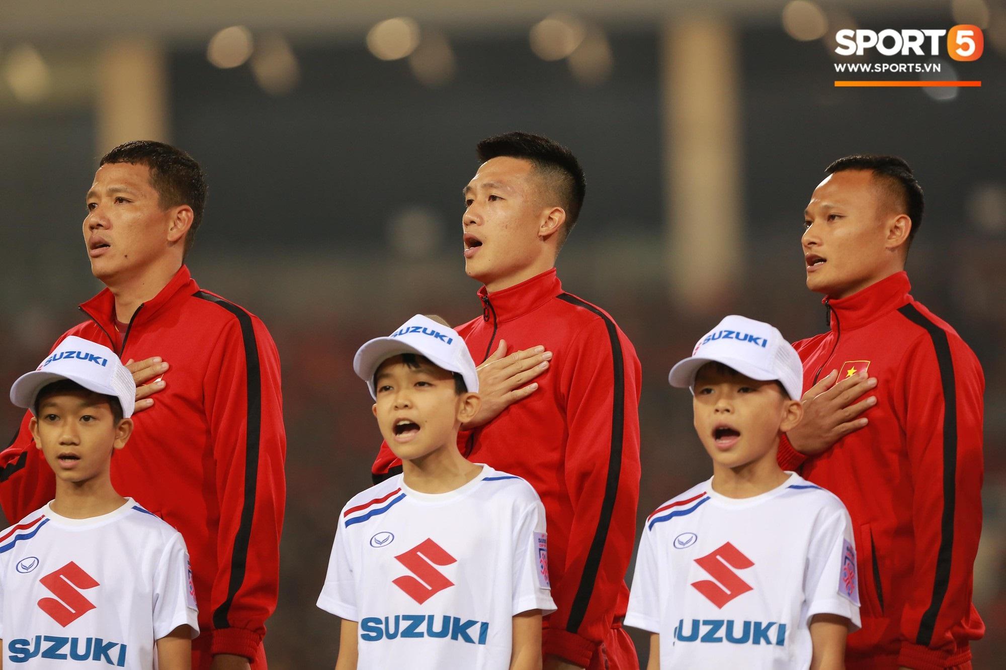 Giây phút chào cờ xúc động của đội tuyển Việt Nam, Đình Trọng, Hồng Duy cùng cầu nguyện trước khi xung trận - Ảnh 10