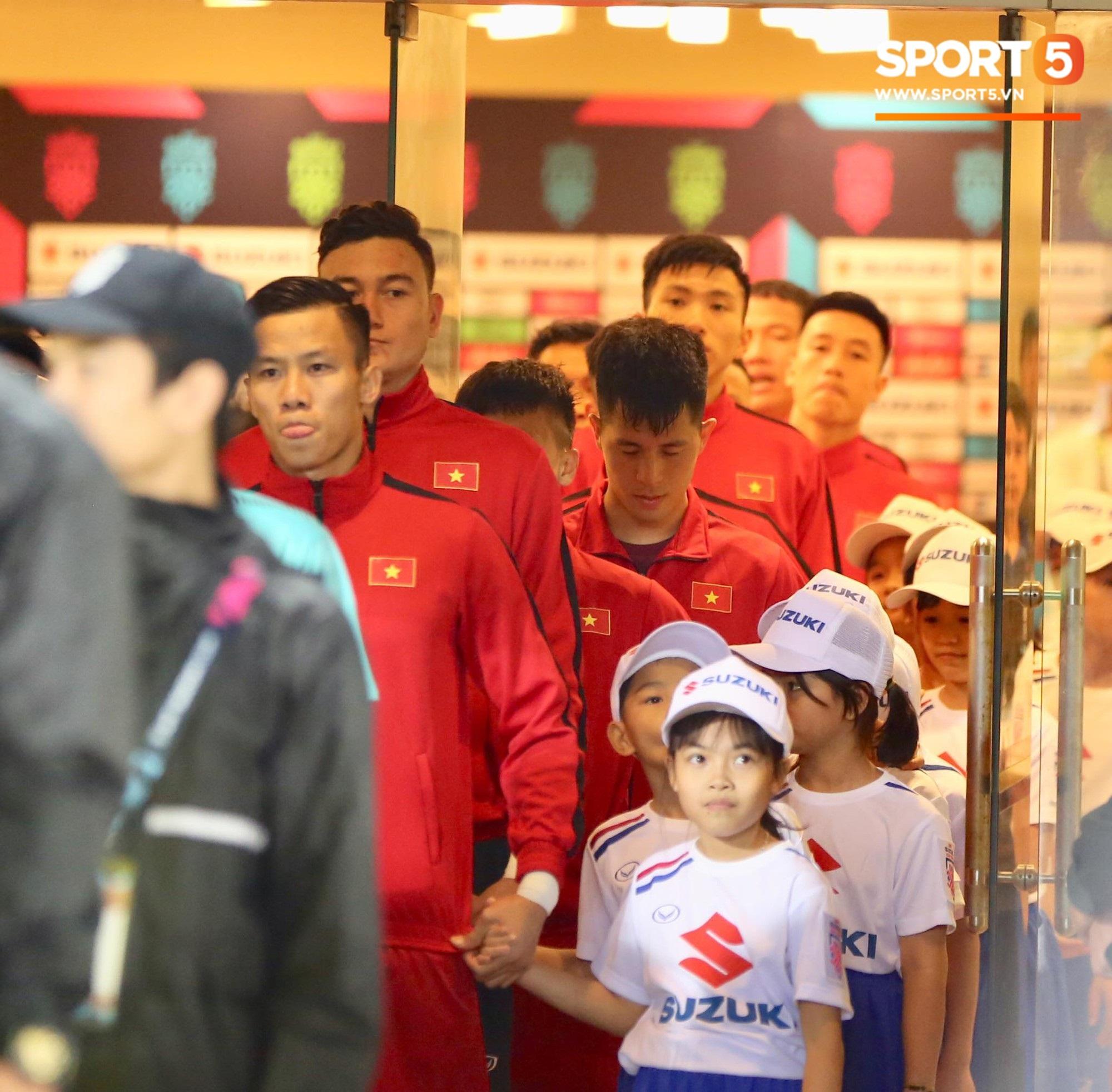 Giây phút chào cờ xúc động của đội tuyển Việt Nam, Đình Trọng, Hồng Duy cùng cầu nguyện trước khi xung trận - Ảnh 3