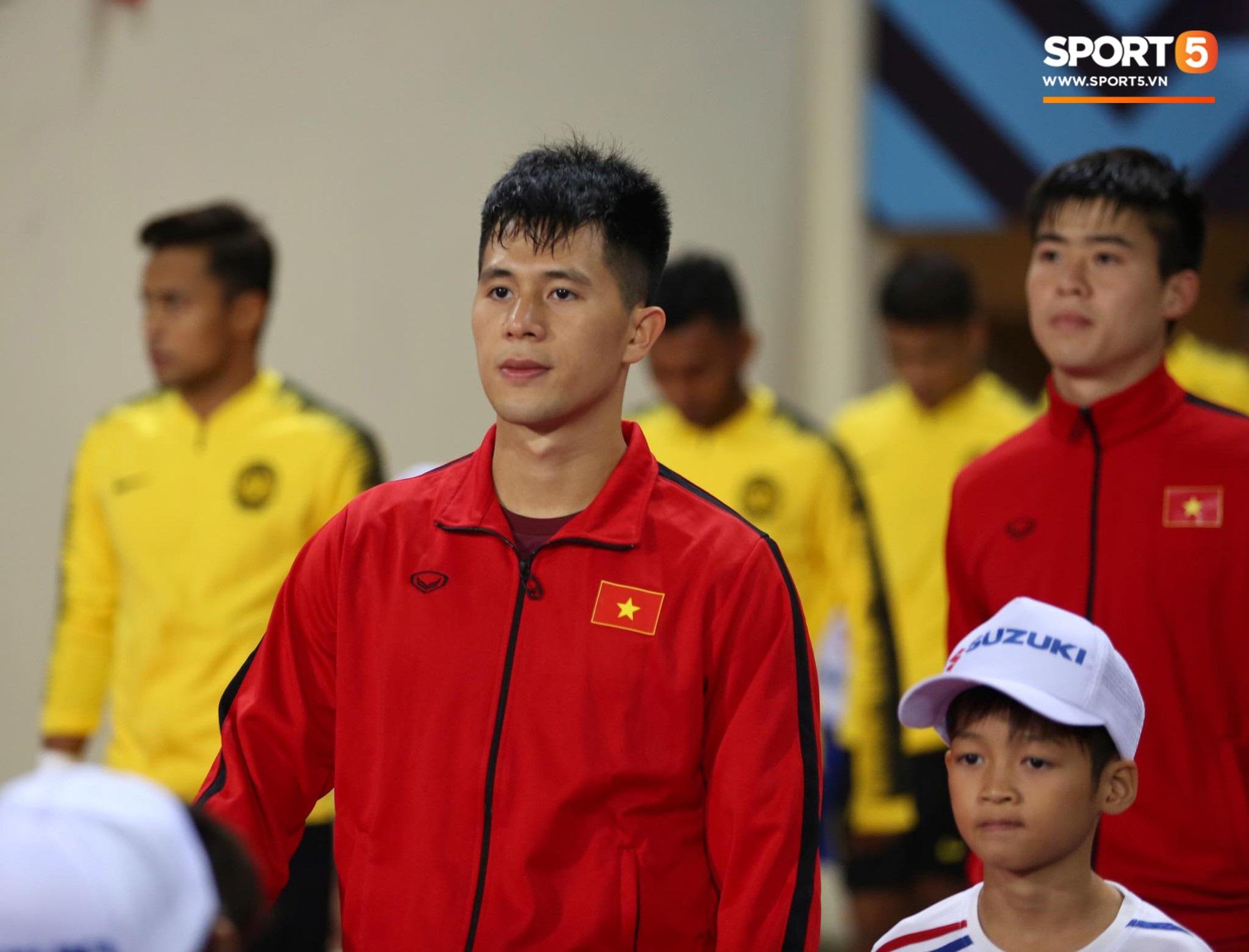 Giây phút chào cờ xúc động của đội tuyển Việt Nam, Đình Trọng, Hồng Duy cùng cầu nguyện trước khi xung trận - Ảnh 4