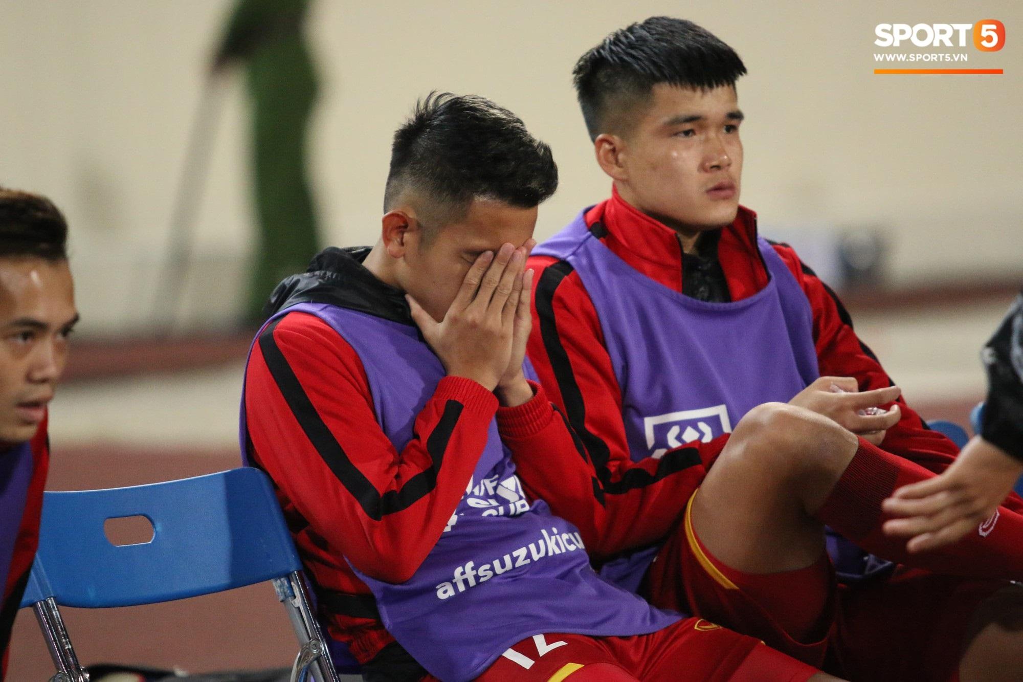 Giây phút chào cờ xúc động của đội tuyển Việt Nam, Đình Trọng, Hồng Duy cùng cầu nguyện trước khi xung trận - Ảnh 5