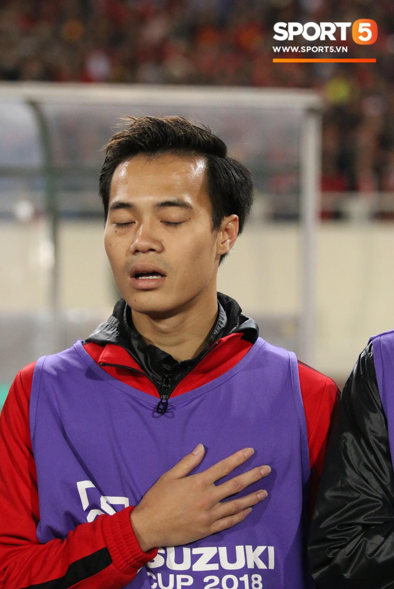 Giây phút chào cờ xúc động của đội tuyển Việt Nam, Đình Trọng, Hồng Duy cùng cầu nguyện trước khi xung trận - Ảnh 6