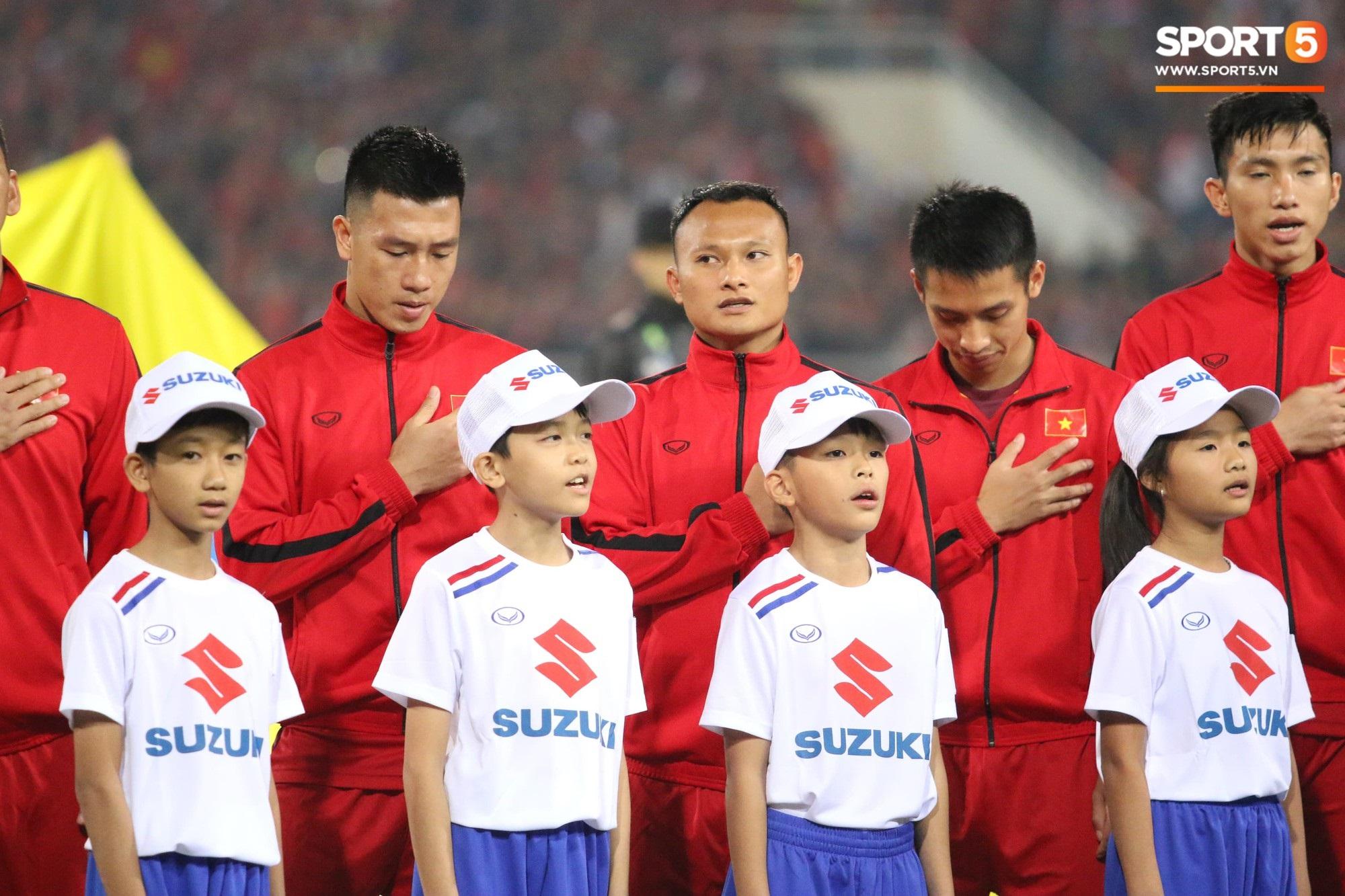 Giây phút chào cờ xúc động của đội tuyển Việt Nam, Đình Trọng, Hồng Duy cùng cầu nguyện trước khi xung trận - Ảnh 7