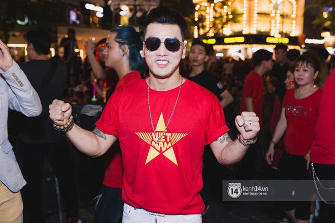 Hào hùng quá Việt Nam ơi, hàng trăm nghệ sĩ cùng cất vang tiếng hát cho trận bóng lịch sử - Ảnh 1