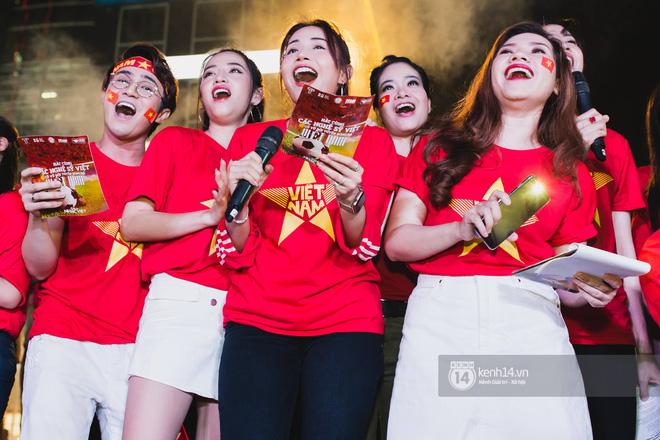 Hào hùng quá Việt Nam ơi, hàng trăm nghệ sĩ cùng cất vang tiếng hát cho trận bóng lịch sử - Ảnh 9
