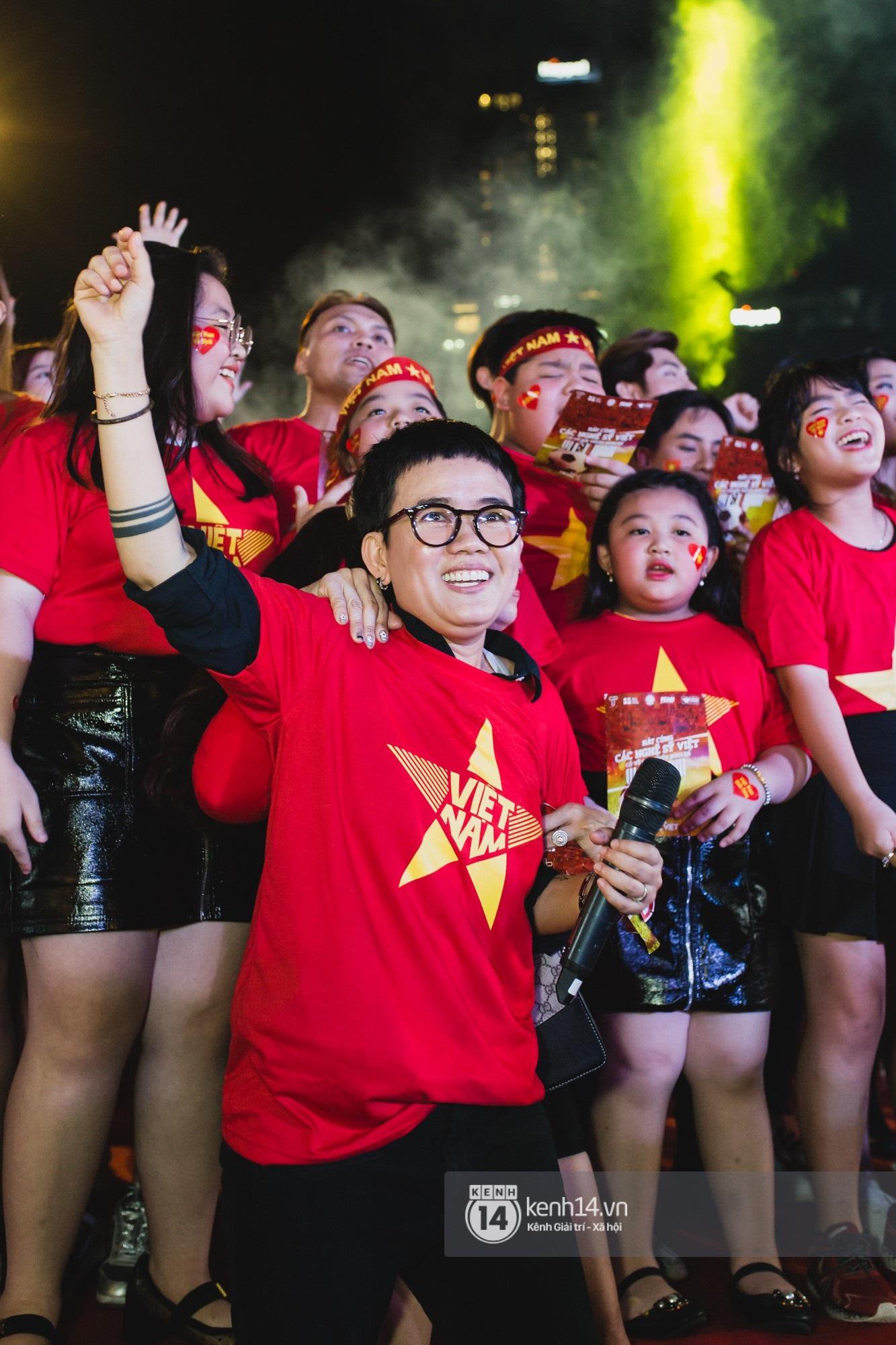 Hào hùng quá Việt Nam ơi, hàng trăm nghệ sĩ cùng cất vang tiếng hát cho trận bóng lịch sử - Ảnh 11