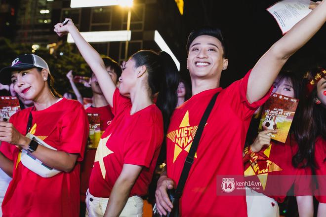 Hào hùng quá Việt Nam ơi, hàng trăm nghệ sĩ cùng cất vang tiếng hát cho trận bóng lịch sử - Ảnh 4
