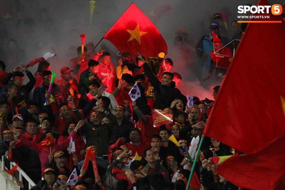 Pháo sáng lại cháy trên khán đài Mỹ Đình, LĐBĐ Việt Nam đối diện nguy cơ bị phạt - Ảnh 3