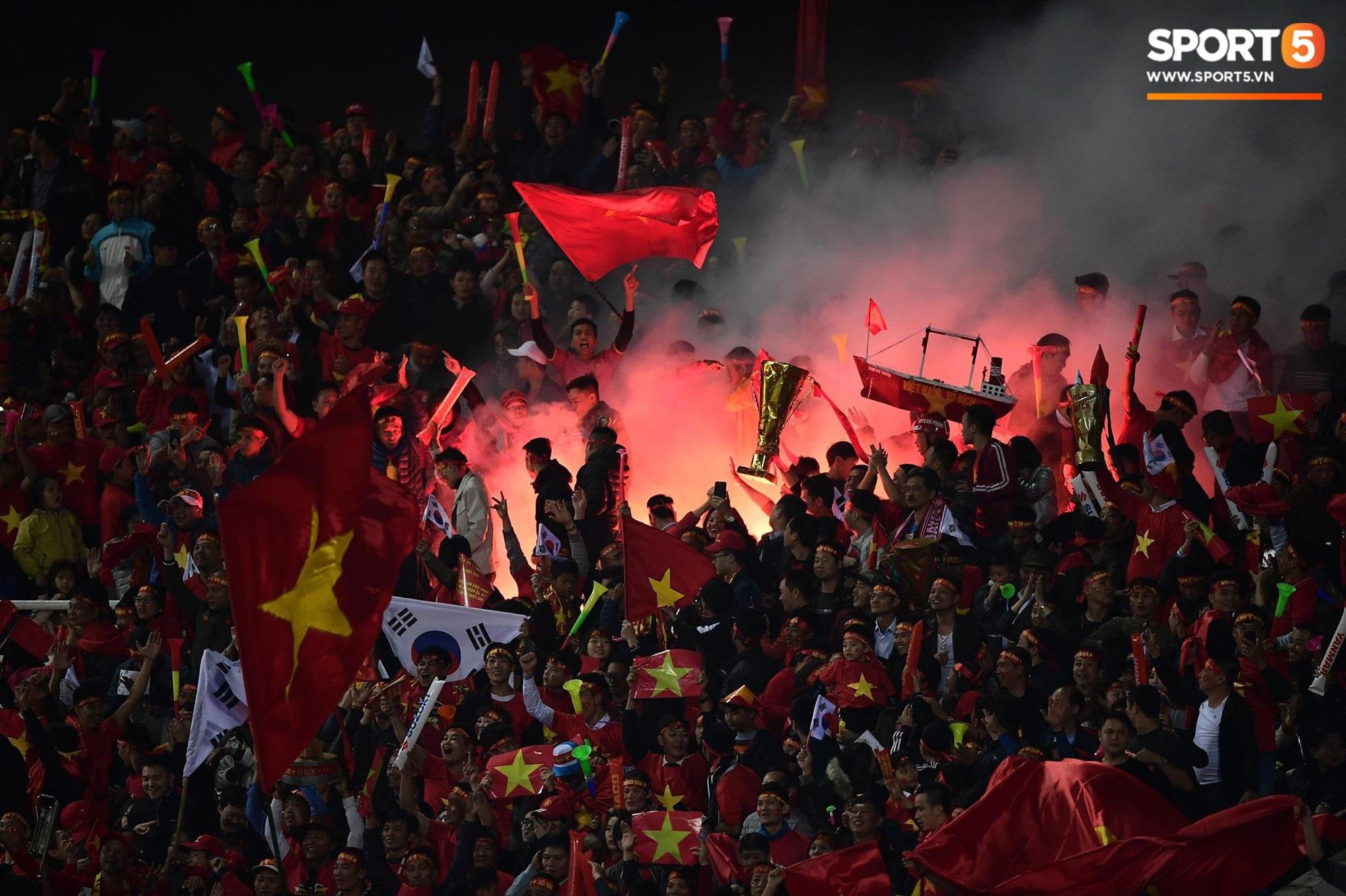 Pháo sáng lại cháy trên khán đài Mỹ Đình, LĐBĐ Việt Nam đối diện nguy cơ bị phạt - Ảnh 5