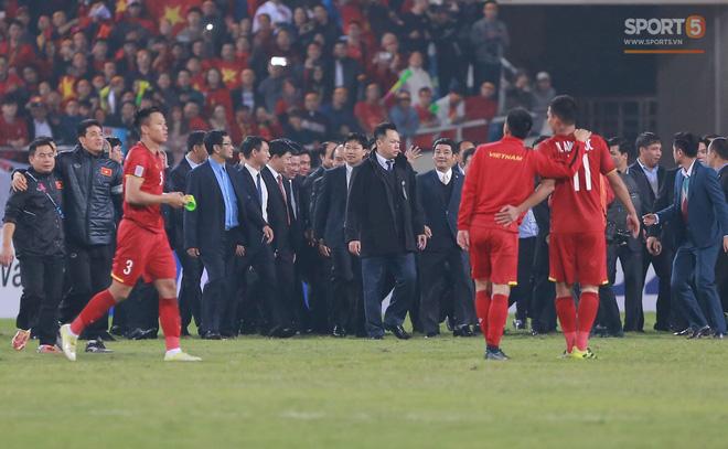 Cảm động trước hành động tuyệt đẹp của Quế Ngọc Hải với đội trưởng Văn Quyết - Ảnh 3