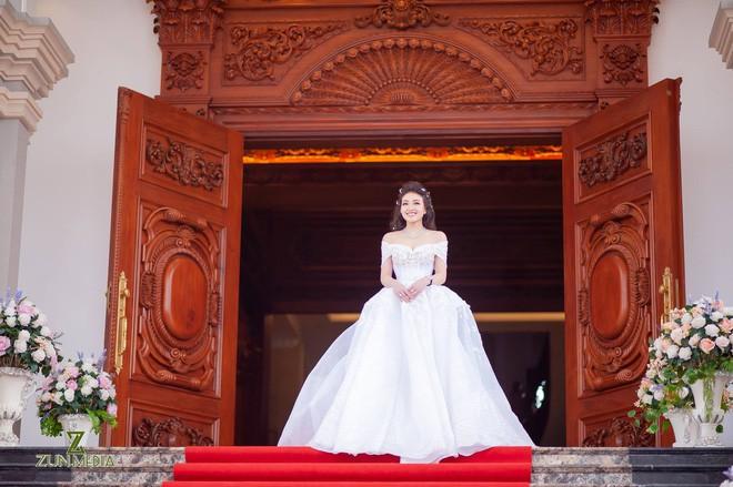 Cô dâu vàng đeo trĩu cổ sống trong lâu đài 7 tầng ở Nam Định: Bố mẹ cho 200 cây vàng, 2 sổ đỏ và rước dâu bằng Rolls-Royce Phantom 35 tỷ - Ảnh 5