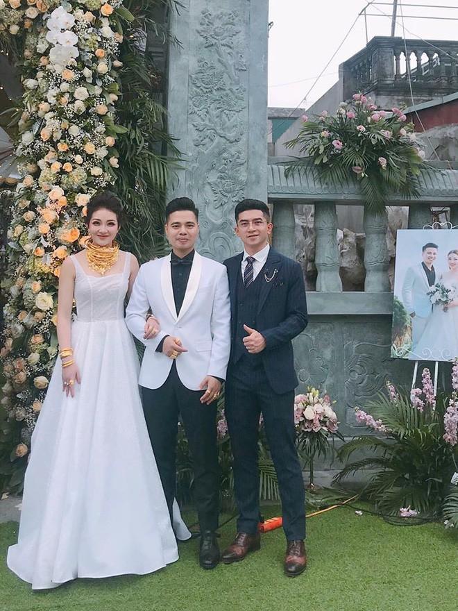 Cô dâu vàng đeo trĩu cổ sống trong lâu đài 7 tầng ở Nam Định: Bố mẹ cho 200 cây vàng, 2 sổ đỏ và rước dâu bằng Rolls-Royce Phantom 35 tỷ - Ảnh 6