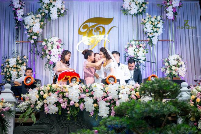 Cô dâu vàng đeo trĩu cổ sống trong lâu đài 7 tầng ở Nam Định: Bố mẹ cho 200 cây vàng, 2 sổ đỏ và rước dâu bằng Rolls-Royce Phantom 35 tỷ - Ảnh 7