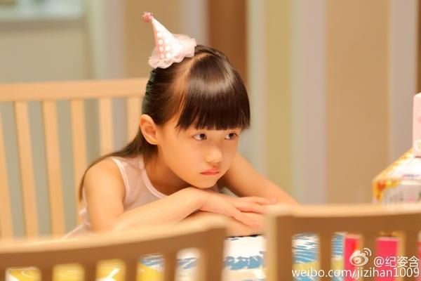 """""""Con gái"""" Triệu Vy gây 'bão' MXH vì quá xinh, thần thái không thua Én nhỏ năm nào - Ảnh 9"""