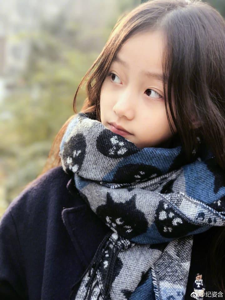 """""""Con gái"""" Triệu Vy gây 'bão' MXH vì quá xinh, thần thái không thua Én nhỏ năm nào - Ảnh 12"""