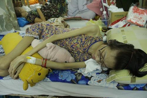 Hà Anh ứa nước mắt khi vào thăm người mẫu 9x bị ung thư: 'Em nằm đó, chỉ còn da bọc xương' - Ảnh 3