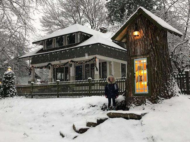 Hi sinh cây cổ thụ trăm tuổi cạnh nhà, người phụ nữ xây dựng thành một thư viện đầu tiên cho cả khu dân cư - Ảnh 2