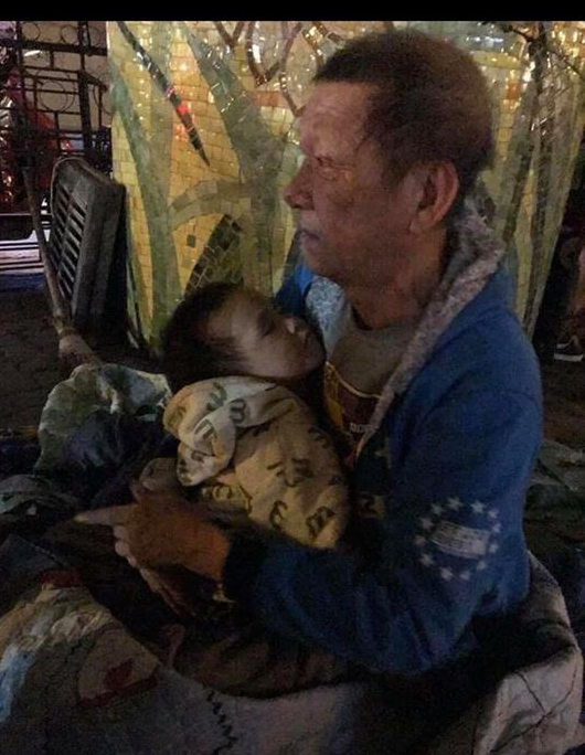 Sự thật sững sờ vụ ông ngoại ôm cháu trai 3 tuổi đi lang thang tìm người nuôi vì nhà quá nghèo - Ảnh 1