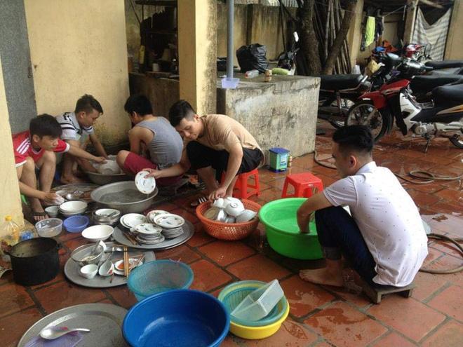 Bức ảnh cánh mày râu xắn tay áo rửa bát hậu đám cưới ở Thái Bình gây 'bão' mạng - Ảnh 4