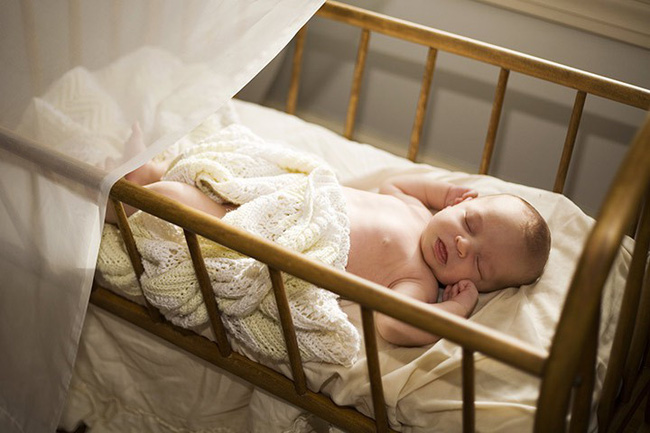 Mách cha mẹ một số cách cực đơn giản giúp trẻ sơ sinh ngủ ngoan một mình trong cũi từ khi mới lọt lòng - Ảnh 1