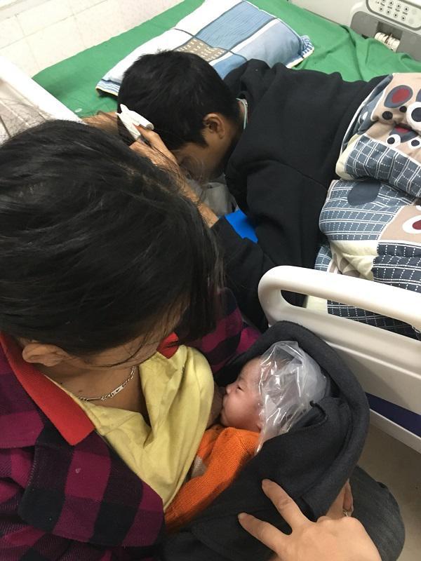Rớt nước mắt cảnh vợ trẻ quấn ni lông quanh đầu con gái 15 ngày tuổi thay áo ấm, bế con vào bệnh viện chăm chồng - Ảnh 1