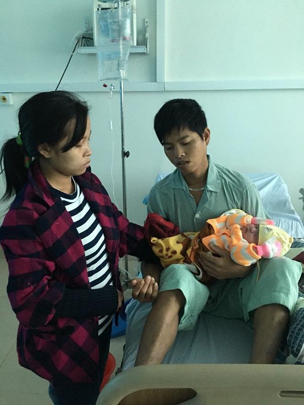 Rớt nước mắt cảnh vợ trẻ quấn ni lông quanh đầu con gái 15 ngày tuổi thay áo ấm, bế con vào bệnh viện chăm chồng - Ảnh 3