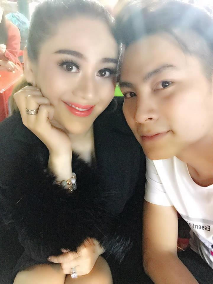 Lâm Khánh Chi hóa thiếu nữ đôi mươi bên dàn cầu thủ điển trai U23 - Ảnh 11