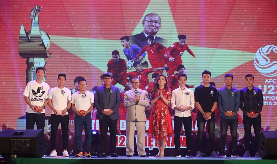Lâm Khánh Chi hóa thiếu nữ đôi mươi bên dàn cầu thủ điển trai U23 - Ảnh 3
