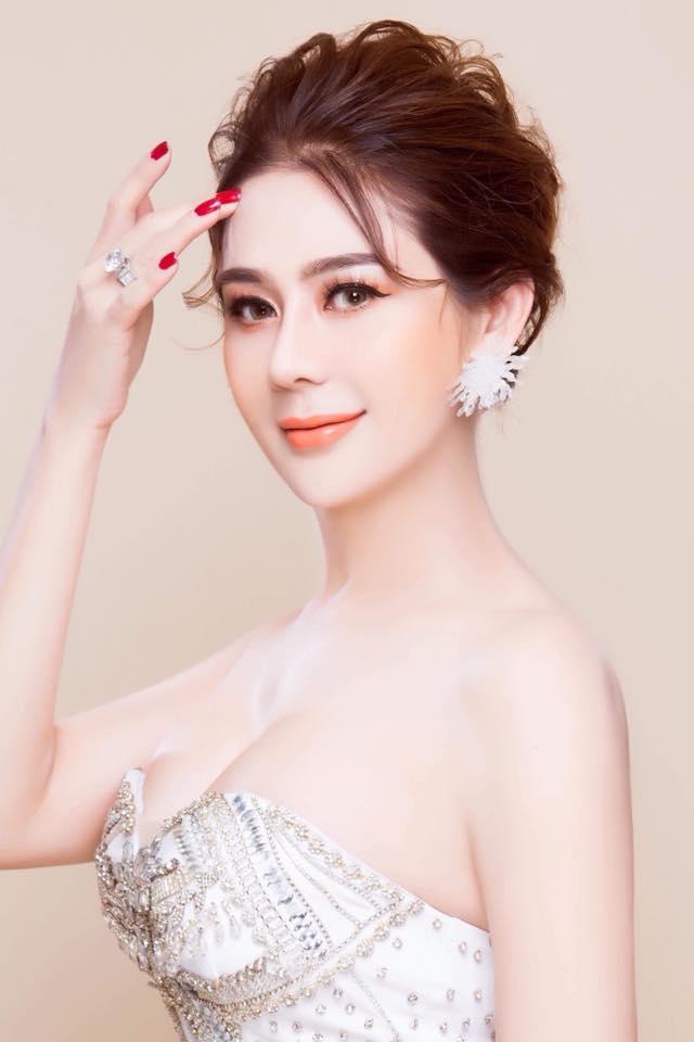 Lâm Khánh Chi hóa thiếu nữ đôi mươi bên dàn cầu thủ điển trai U23 - Ảnh 8