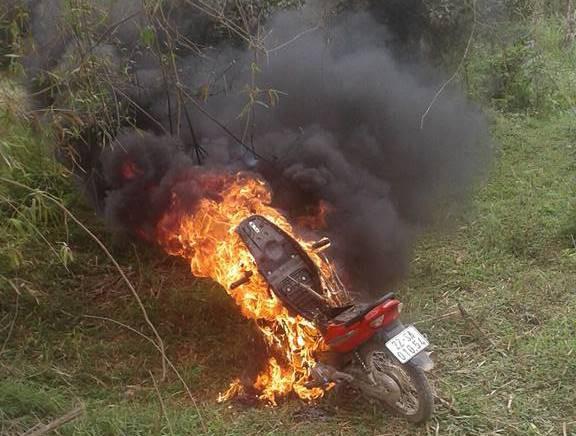 Tuyên Quang: Con đi xe máy không có gương chiếu hậu bị CSGT bắt giữ, bố chạy đến hiện trường châm lửa đốt xe - Ảnh 1