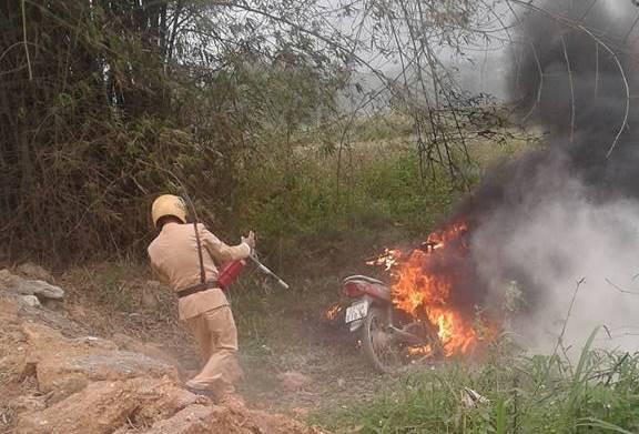 Tuyên Quang: Con đi xe máy không có gương chiếu hậu bị CSGT bắt giữ, bố chạy đến hiện trường châm lửa đốt xe - Ảnh 2