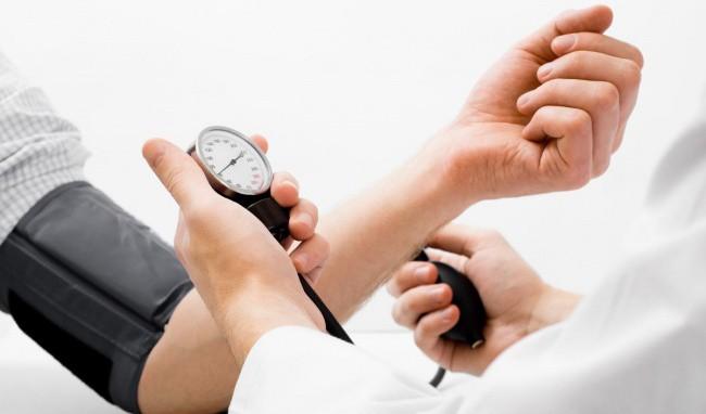 Chuyên gia hướng dẫn sơ cứu đúng cách khi bị hạ huyết áp, tránh biến chứng tim mạch cực nguy hiểm - Ảnh 1