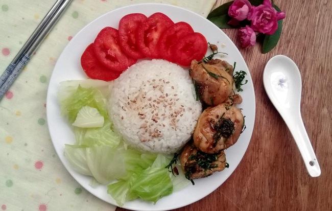 Bữa trưa văn phòng ngon miệng đơn giản với cơm gà rang lá chanh - Ảnh 3