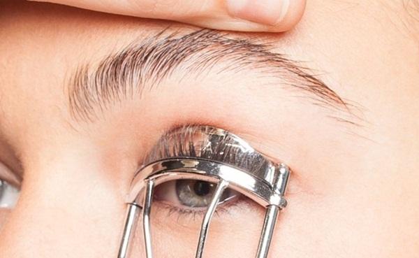 Dành cả thanh xuân để chuốt mascara vẫn không ưng ý, dùng phấn rôm sẽ giúp bạn sở hữu lông mi dày-rậm-cong vút mà chẳng tốn đến 1 phút - Ảnh 4